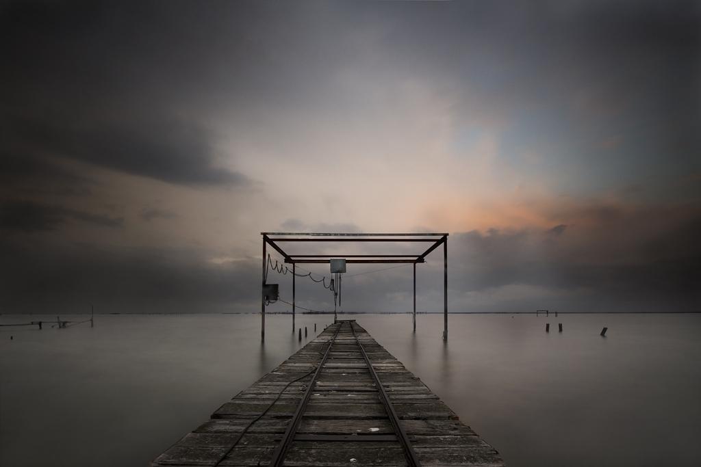 André Alessio, Photographe Montpellier, Graphylight, Pose longue, Ponton, Nuages, Sombre, Étang de Thau, Coucher de soleil