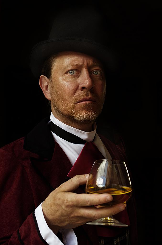 Samuel Bastien un cognac à la main